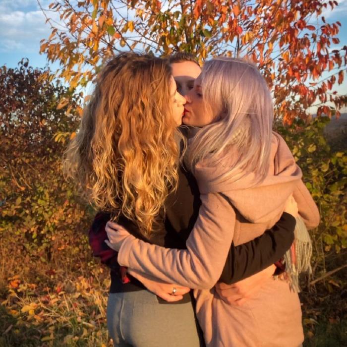 Doi viitori miri s-au îndrăgostit de aceeaşi tânără, care şi-a părăsit iubitul pentru o viaţă împreună cu ei
