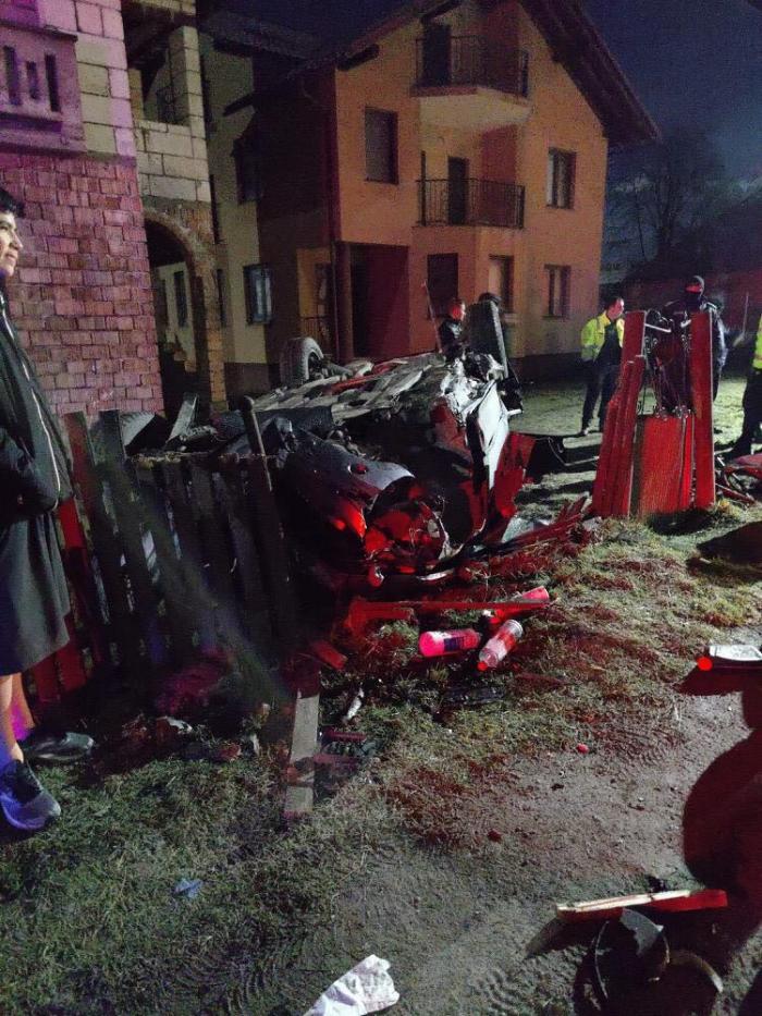 Patru tineri au făcut prăpăd cu BMW-ul, pe un drum din Repedea, în Maramureş. Sătenii şi-au făcut cruce