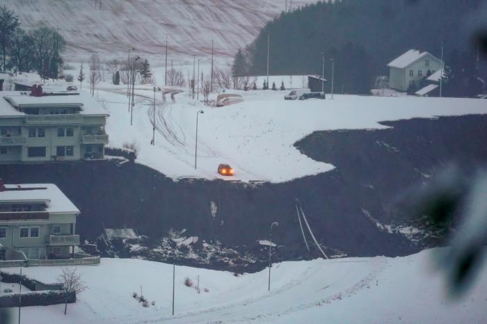 Salvatorii au o misiune dificilă în zona afectată de alunecarea de teren