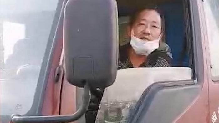 Un șofer de camion trăiește pe șosea de două luni, nimeni nu îl primește, din cauza coronavirusului (video)