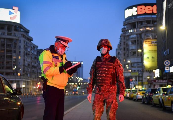 Un polițist și un militar păzesc bulevardul
