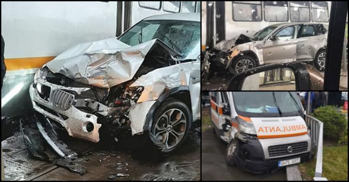 BMW distrus după ce s-a izbit de o ambulanță, în București