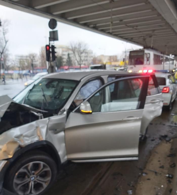 BMW distrus în impactul cu o ambulanță, în București
