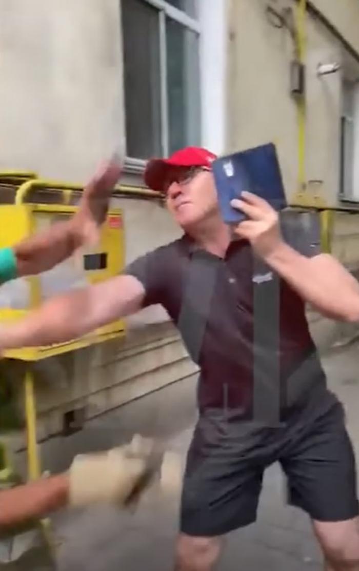 """Un profesor universitar din Iași a rupt în bătaie un muncitor, pe trotuar: """"Văleu!"""" (video)"""