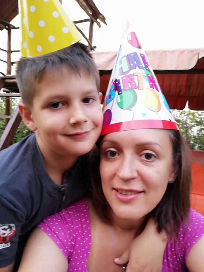 """Mama băiețelului de 8 ani ucis de tată, mesaj în ziua în care și-a înmormântat fiul, la Cluj: """"Aveți grijă de voi!"""""""