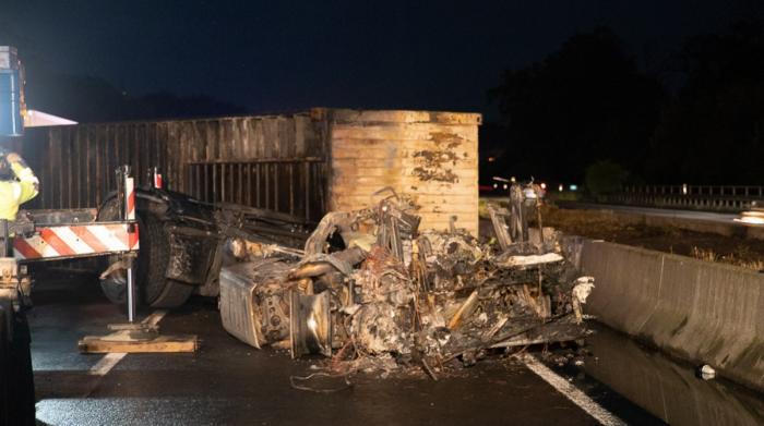 Imagini cumplite în Germania, unde un șofer român a ars de viu în cabina TIR-ului răsturnat pe șosea