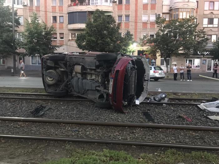 Microbuz răsturnat pe sinele de tramvai, în Arad