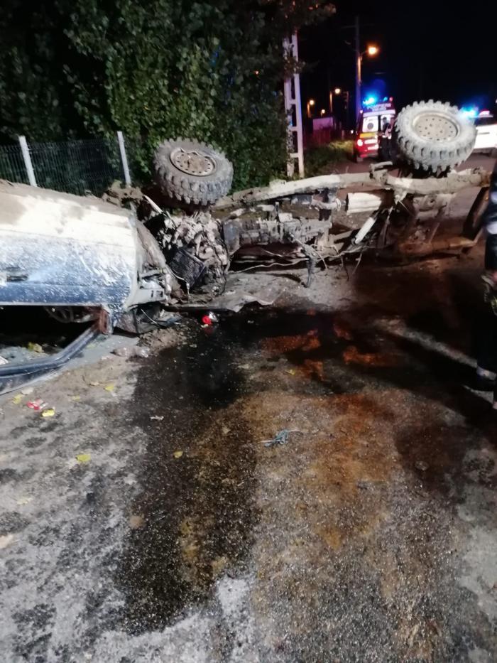 Jeep înfipt într-un stâlp de beton din Baia Mare, caroseria a sărit de pe șasiu