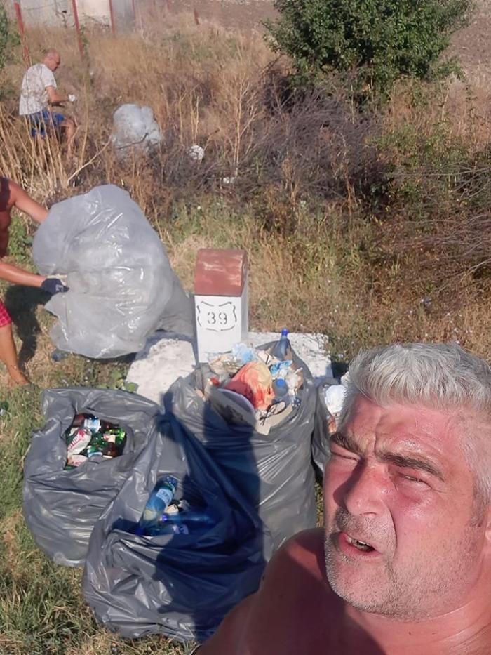 Șoferi de TIR din Suceava au strâns toate gunoaiele de pe marginea șoselei, la Vama Veche, în pauza de 45 de ore