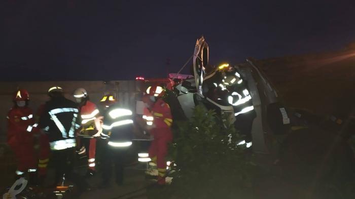 Șoferul și o pasageră au ajuns la spital pentru îngrijiri