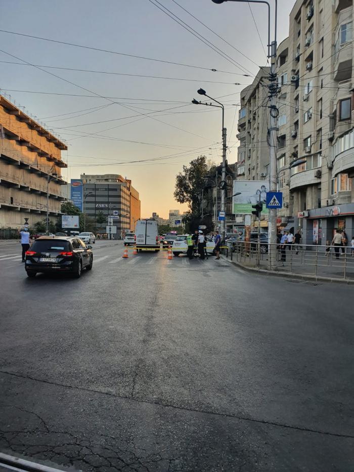 Un puști de 14 ani a furat un Renault, a spulberat cu el două tinere pe trecere, apoi s-a înfipt cu mașina în stâlp