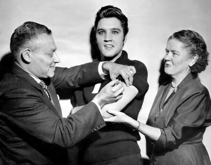 Elvis Presley, vaccinat de poliomielită în 1956