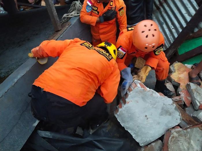 Cutremur devastator în Indonezia. Salvatorii încearcă să recupereze trupurile victimelor seismului