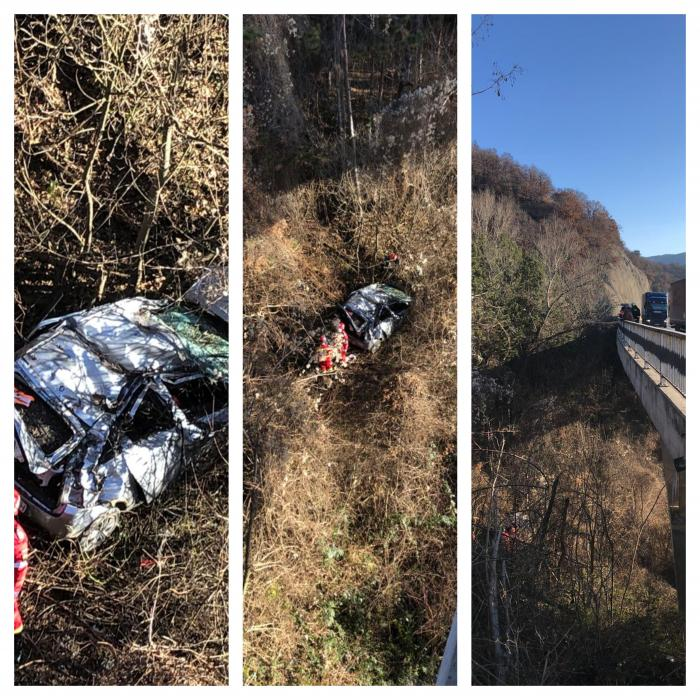 La un pas de tragedie! Un autoturism a căzut într-o râpă de la 40 de metri pe DN6 Orşova-Severin