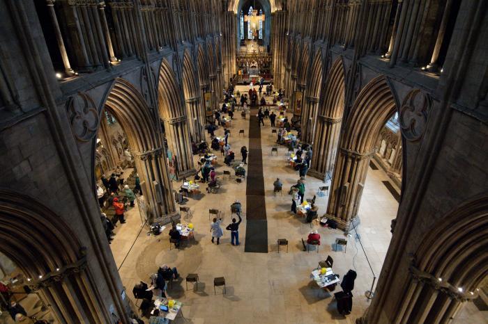 Interiorul catedralei a fost transformat într-un centru uriaș de vaccinare