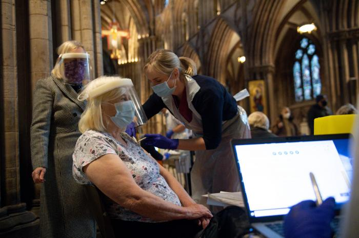O femeie este vaccinată cu serul de la Oxford/AstraZeneca