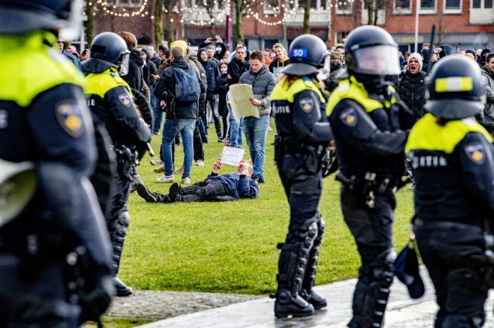 Mii de persoane au protestat în Amsterdam împotriva restricțiilor COVID