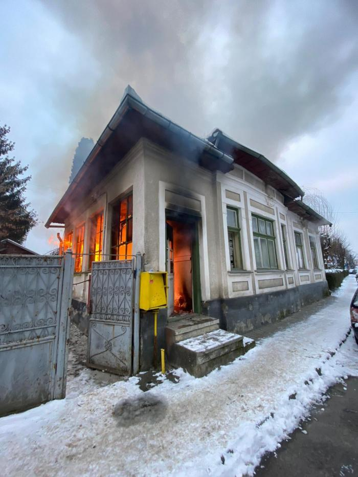 Casa familiei de șapte persoane a fost cuprinsă de flăcări, luni dimineață