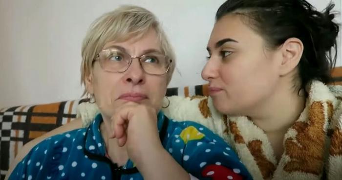 Kaira şi mama ei în timpul unor vlogguri
