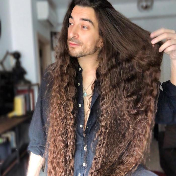 Massimo Volpe își prezintă părul lung de 1 metru
