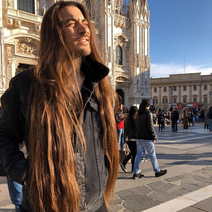 Massimo Volpe, cunoscut ca barbatul Rapunzel, in fata domului din Milano
