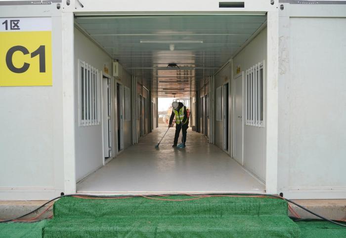 Fiecare cameră, pentru o singură persoană, are 18 metri pătrați și are lenjerie de pat, birou, aer condiționat, televizor și Wi-Fi