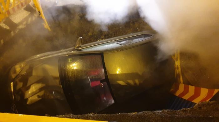 O mașină a căzut într-o groapă pe șosea, în Sectorul 2 din București