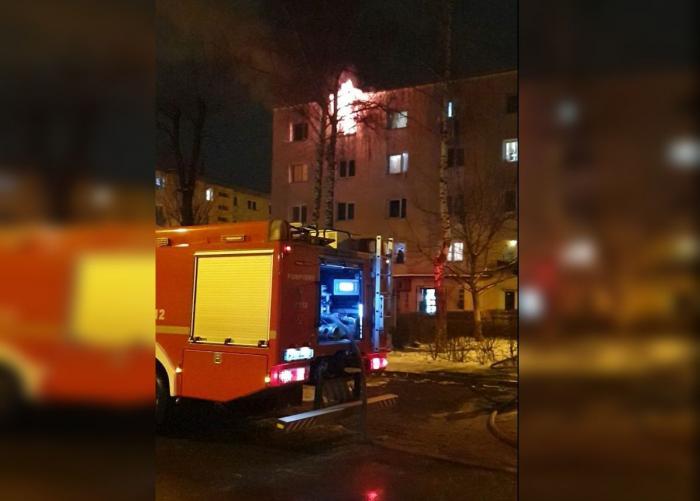 Incendiu puternic într-un cămin din Brașov, o persoană a fost găsită carbonizată în cameră