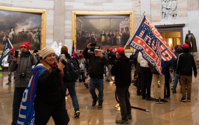 Susținătorii lui Trump, în clădirea Capitoliului, după confruntările cu forțele de ordine