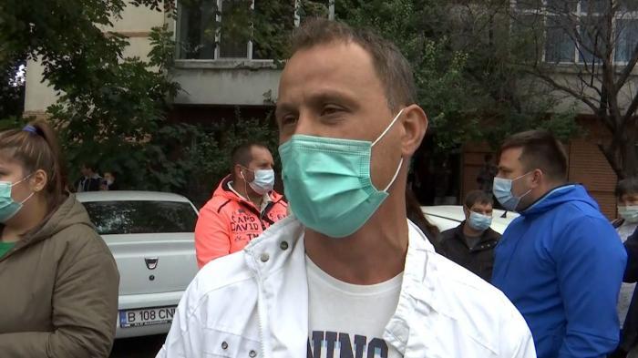 Un bărbat a izbucnit în plâns în curtea spitalului din Constanța: Am venit din Italia să o salvez pe mama, azi e ziua mea, nu știu dacă mai trăieşte