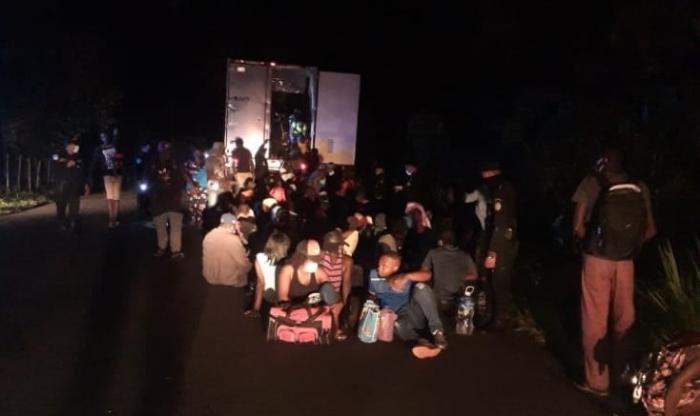 """126 de migranţi, încuiați într-un TIR şi abandonaţi: """"Am auzit ţipete, plânsete şi bătăi în uşile camionului"""". Imaginile, publicate de poliția din Guatemala"""