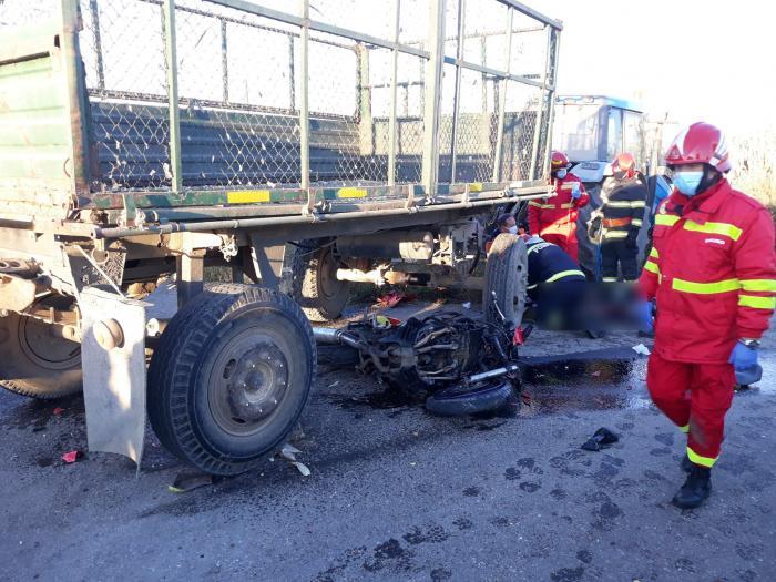 Un tânăr de 21 de ani, fără permis, a murit după ce a intrat cu motocicleta sub remorca unui tractor, în Suceava