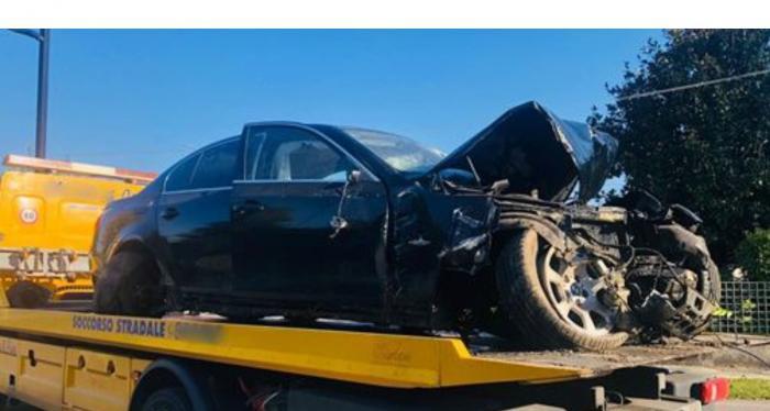 Cătălin, un tânăr român din Italia, a murit după ce a intrat cu BMW-ul într-un gard din beton. Motorul mașinii a zburat într-un șanț