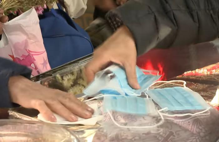Femeie filmată cum șterge un mănunchi de măști de protecție de racla cu moaștele Sf. Parascheva: Pentru noroc, le duc acasă familiei