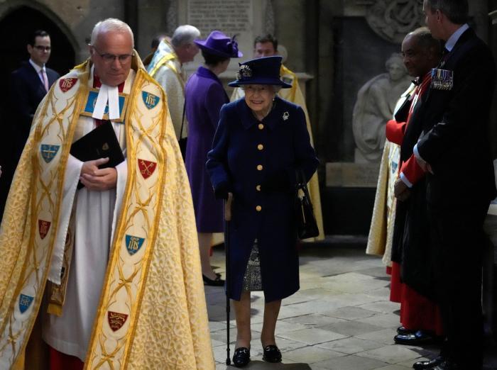 Regina Elisabeta a II-a, văzută în timp ce mergea folosind un baston. E pentru prima dată, după operaţia din 2004 | GALERIE FOTO