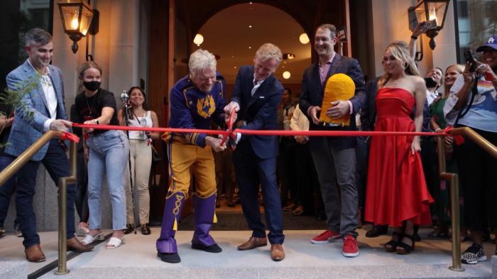 Miliardarul Richard Branson și-a deschis hotel de lux. Include și o bibliotecă unde un manechin costumat în iepure joacă şah cu invitaţii