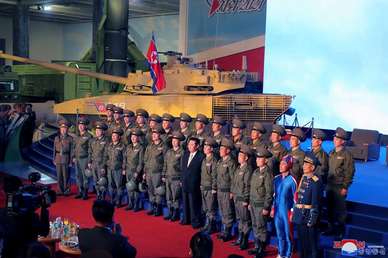 """Cine este """"omul rachetă"""" care apare alături de Kim Jong-un într-o fotografie oficială"""
