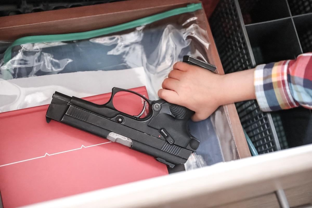 Pistol găsit într-un sertar