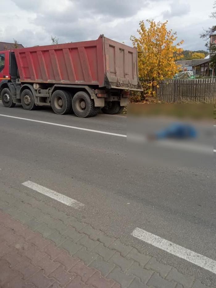 Impact fatal surprins de camere: Șofer de camion, lovit în plin după ce a coborât din cabină și a traversat fără să se asigure, în Argeș