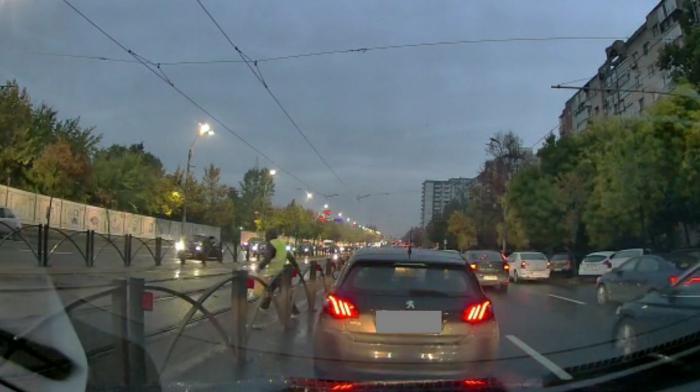 Accident teribil în Capitală, surprins de o cameră de bord: Un bărbat, lovit în plin de un tramvai, după ce a sărit gardul de siguranță fără să se asigure, în apropiere de Piața Sudului