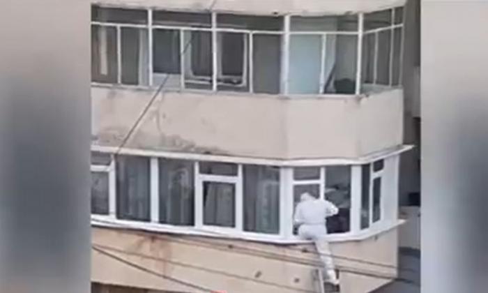 Intervenţie pe geam a pompierilor din Neamţ: Un bătrân, confirmat cu COVID, căzuse în casă şi nu se mai putea ridica