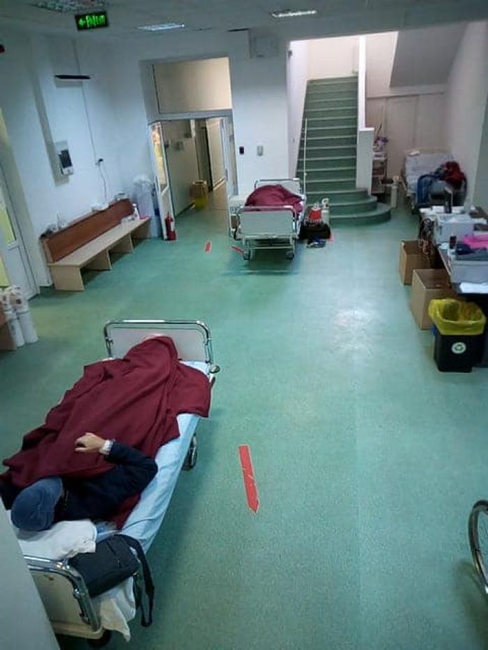 Pacienți conectați la butelii de oxigen direct pe holul spitalului Marius Nasta din București