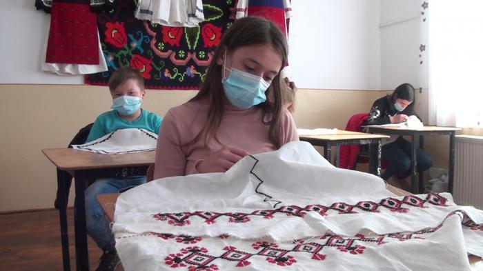Aici cos o cămaşă în cruci. Practic asta din clasa a doua de când a venit doamna Aurelia să ne înveţe să coasem... + 13 00 – 13 05 Am făcut aici pieptul şi acum fac mâneca pentru o cămaşă...