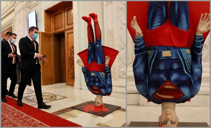 Macheta lui Superman a fost amplasată în faţa sălii de Plen de la Camera Deputaţilor