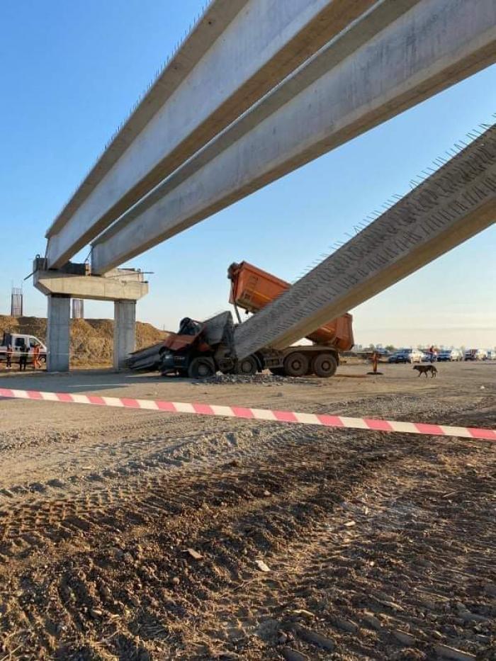 Camion strivit pe șantierul drumului expres Craiova - Pitești, după ce șoferul a agățat cu bena grinda din beton a unei pasarele