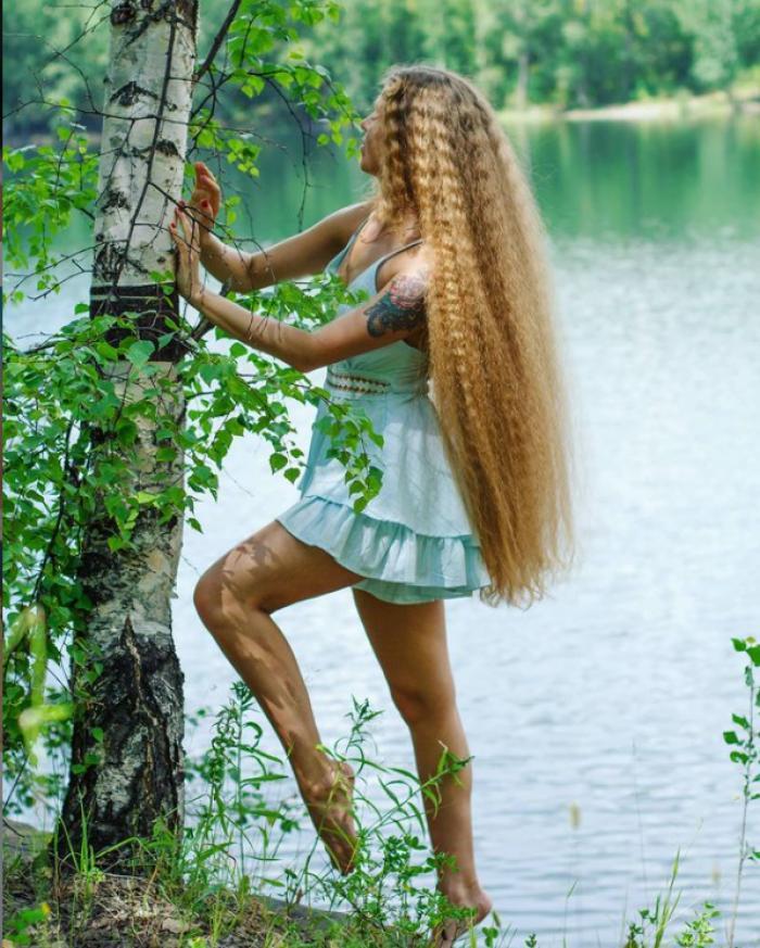 Rapunzel în viaţa reală. O rusoaică petrece 16 ore pe săptămână pentru a-şi îngriji părul lung, în care i se încurcă uneori şi insecte