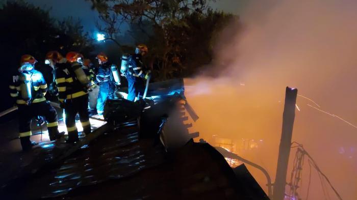 """Incendiu violent, noaptea trecută, în Bucureşti. Martorii au fost îngroziţi: """"Am zis că nu mai scapă cartierul!"""" O persoană cu handicap, salvată în ultimul moment"""