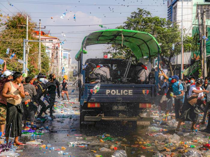 Protestele față de lovitura de stat din Myanmar continuă. Mai multe persoane au fost rănite, iar o femeie a fost împuşcată