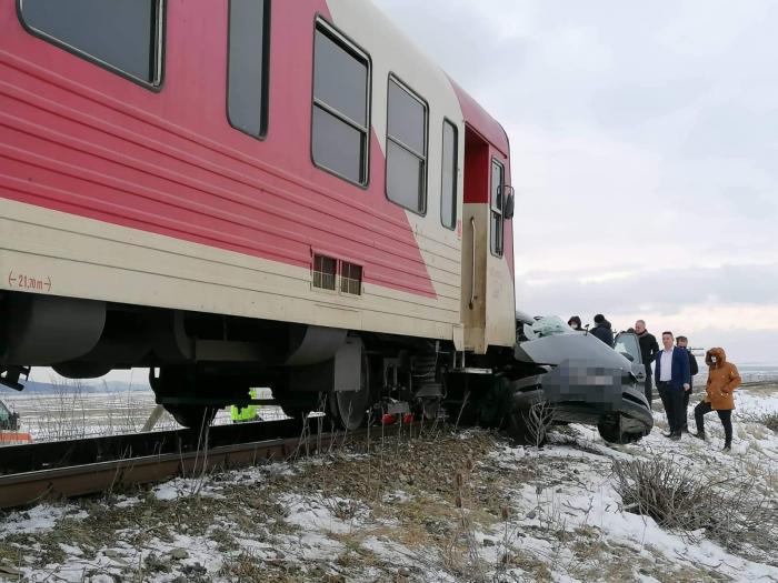 Doi oameni au murit într-o mașină spulberată de tren, la Vlădeni, în Iași