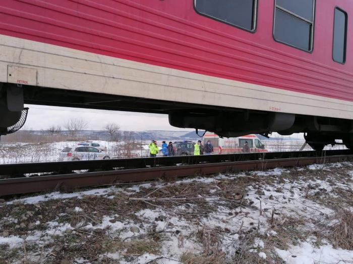 Doi oameni au murit într-o mașină spulberată de tren, la Vlădeni, în Iași. Primele imagini de la locul tragediei